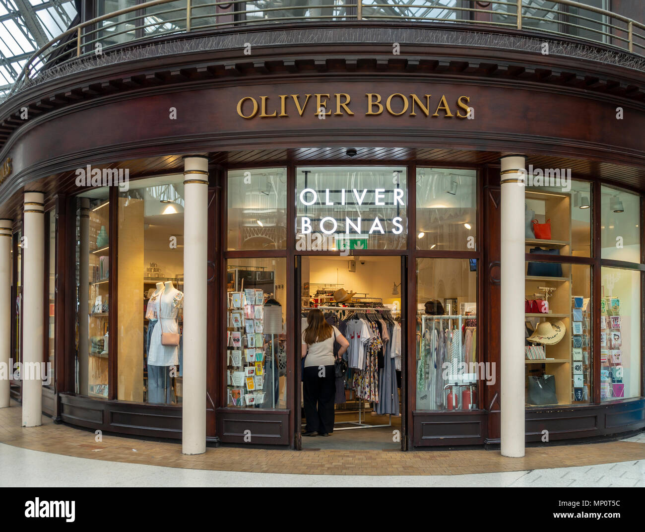 Customers and the frontage of the Oliver Bonas outlet in Glasgow Central Station, Scotland, UK. - Stock Image
