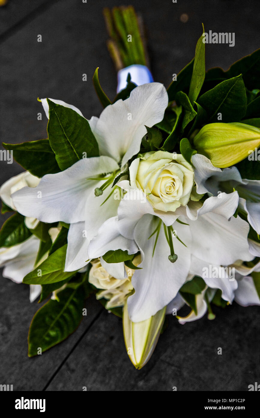 Stylish White Lily And White Roses Mix Flowers Arrangement For