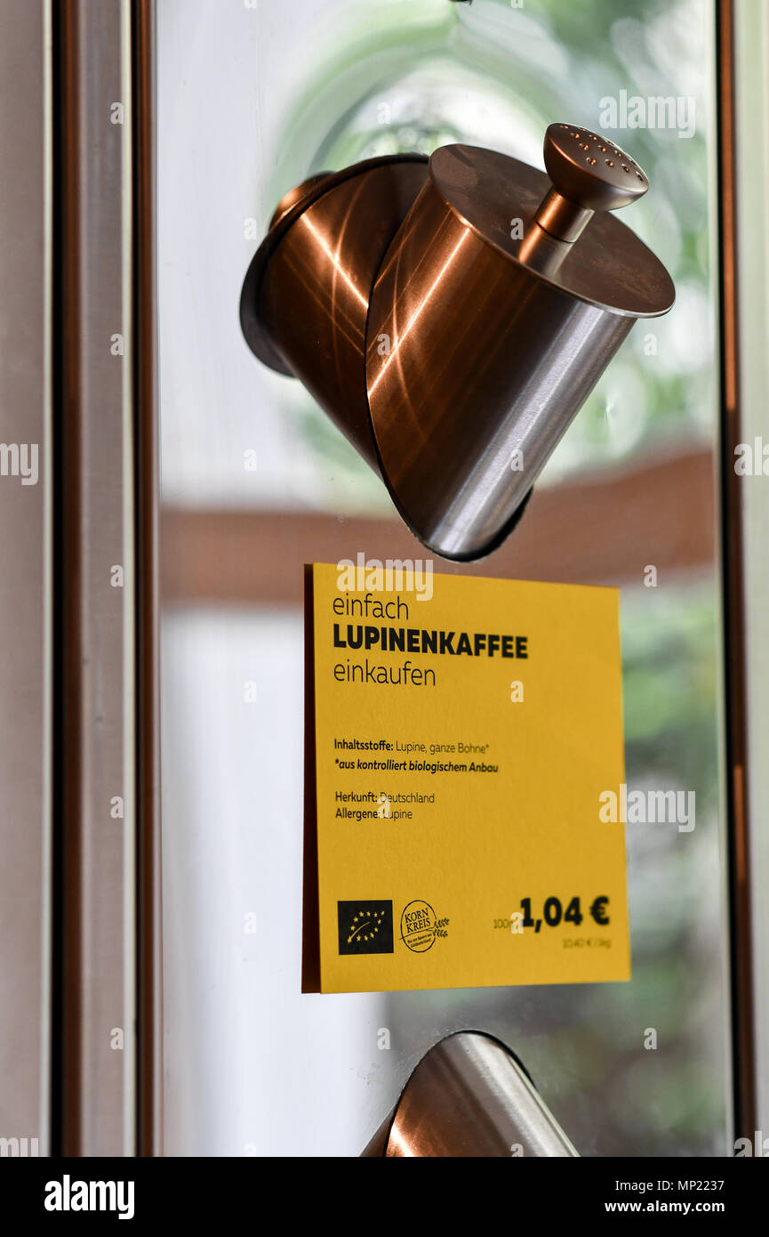 16 May 2018, Germany, Berlin: Lupines coffee is offered from a dispenser at the zero waste shop 'Der Sache wegen - einfach richtig einkaufen' (lit. For the cause - simply shop right) at Lychener Strasse in the district of Prenzlauber Berg. The shop sells food and household goods like detergents and soap. The products are free of plastic, free of palm-oil, organic, regional, fair, conscious and no animals suffer for them or comply with the current ecological alternative. Food is being sold in reusable containers and filled in own bags, cups or bowls. Among others, this allows for shopping witho - Stock Image