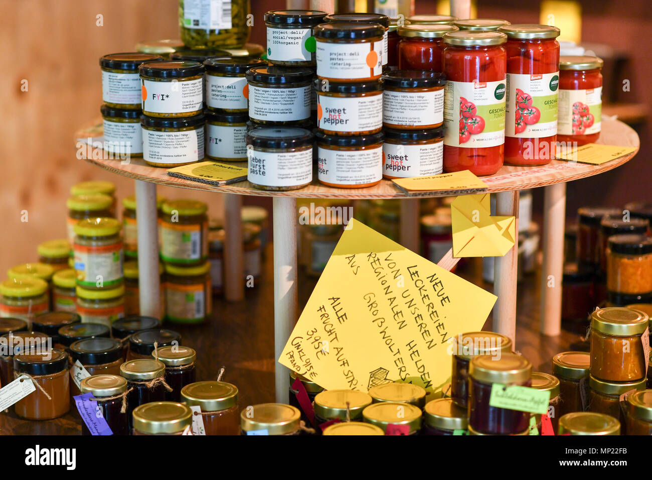 16 May 2018, Germany, Berlin: Delicacies and glasses with vegetables are offered at the zero waste shop 'Der Sache wegen - einfach richtig einkaufen' (lit. For the cause - simply shop right) at Lychener Strasse in the district of Prenzlauber Berg. The shop sells food and household goods like detergents and soap. The products are free of plastic, free of palm-oil, organic, regional, fair, conscious and no animals suffer for them or comply with the current ecological alternative. Food is being sold in reusable containers and filled in own bags, cups or bowls. Among others, this allows for shoppi - Stock Image
