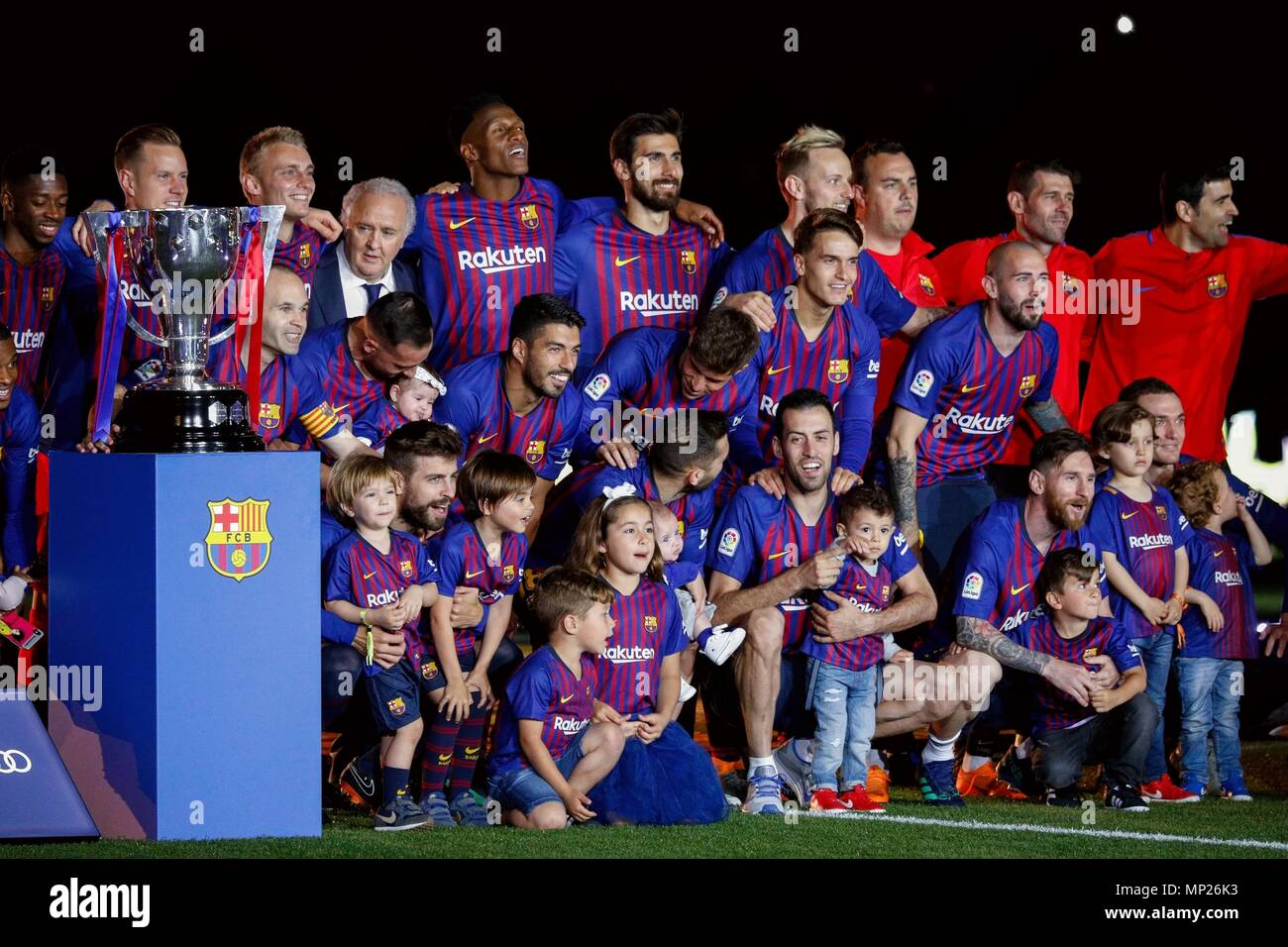 Barcelona, Spain. 20th May, 2018. FC Barcelona's players pose for photo after a Spanish league match between FC Barcelona and Real Sociedad in Barcelona, Spain, on May 20, 2018. Barcelona won 1-0. It was the last Spanish league match that Andres Iniesta played as team captain at the Camp Nou stadium. Credit: Joan Gosa/Xinhua/Alamy Live News Stock Photo