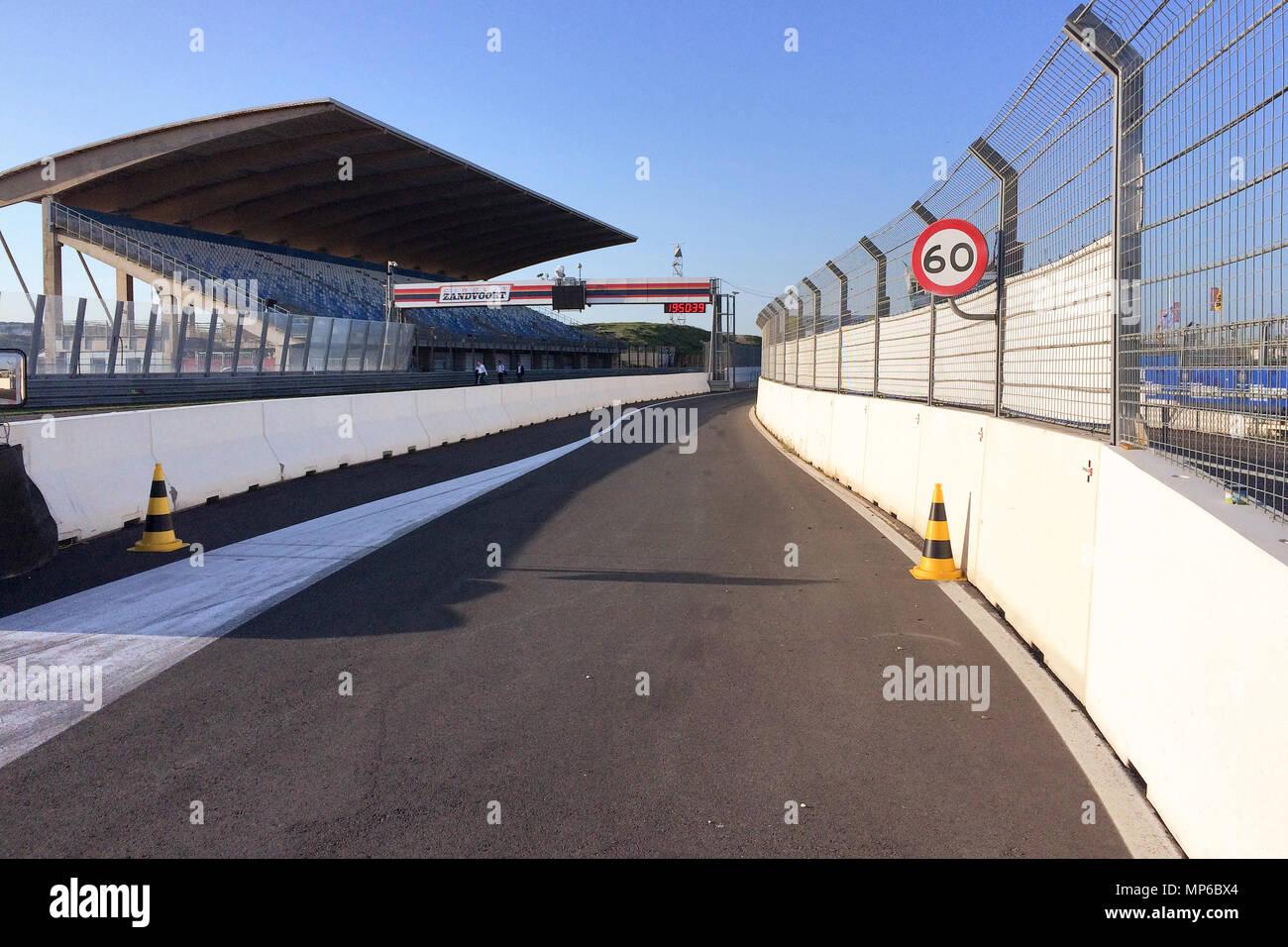 empty pit lane Circuit Zandvoort | leere Boxengasse, Rennstrecke - Stock Image