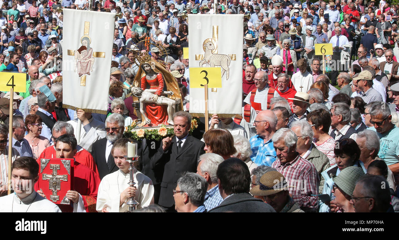 21 May 2018, Germany, Uttenweiler-Offingen: A statue of Virgin Mary is carried by men during the traditional Whit Monday Pilgrimage on the Bussen Hill. The mass is held by suffragan bishop Karrer from Rottenburg. Photo: Thomas Warnack/dpa - Stock Image