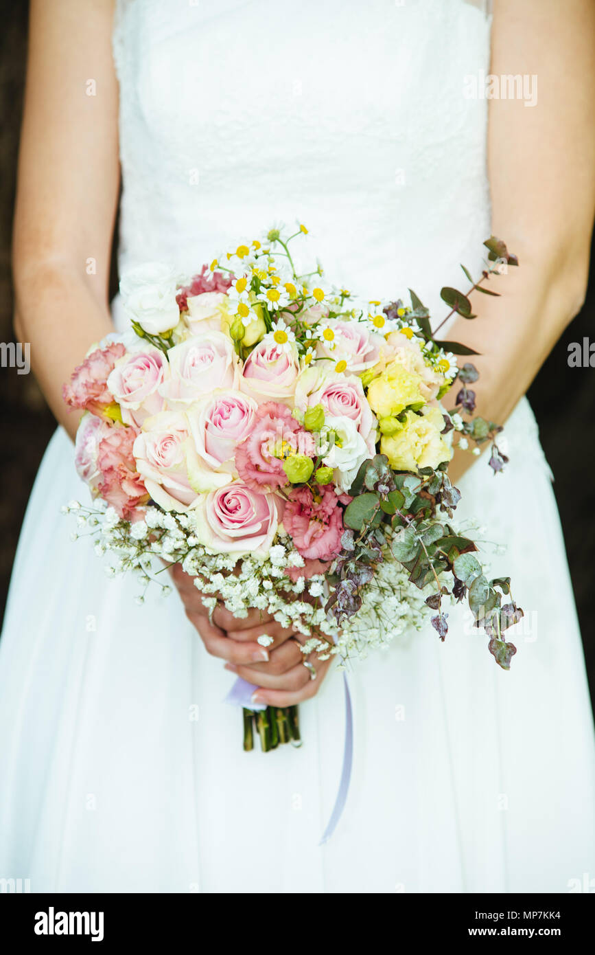 Bouquet Sposa Con Margherite.Bride Holds Her Bouquet Of Flowers With Ivy Roses Daisies And