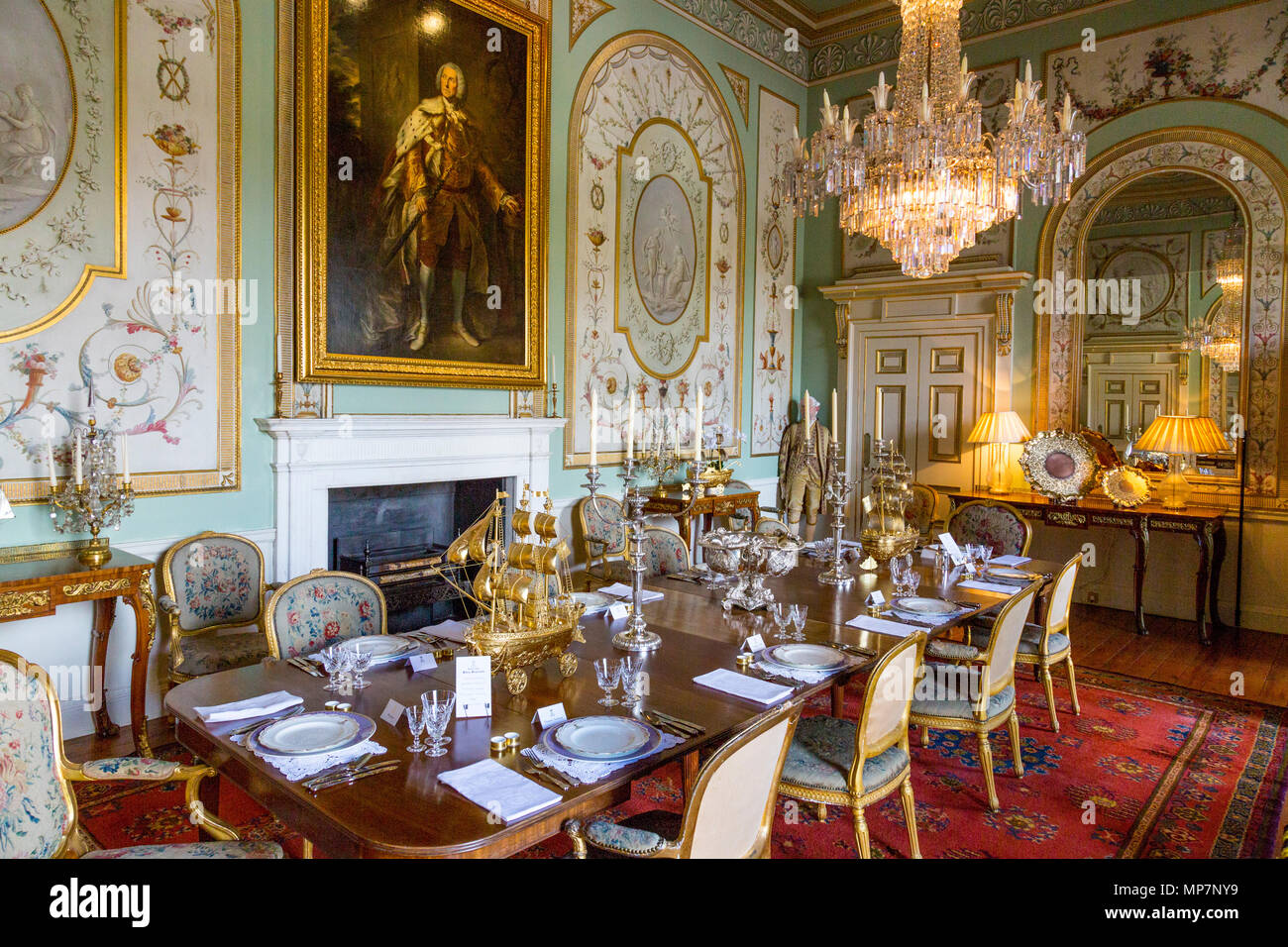 Delicieux The Opulent Wall Decorations And Chandelier In The Dining ...
