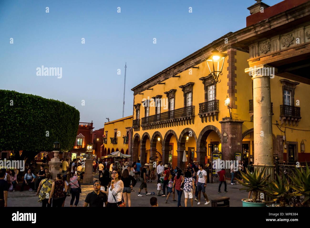 El Jardin, the Main plaza with lots of people at dusk, San Miguel de Allende, a colonial-era city,  Bajío region, Central Mexico - Stock Image