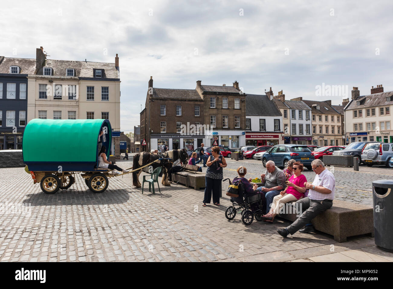 A travelling gypsy horse-drawn caravan parked in the market of Kelso, Scotland, with historic permission for genuine gypsy visitors to do this. - Stock Image