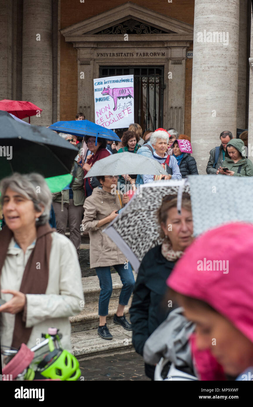 Rome. Sit-in protesting against the eviction of the International House of Women by the Capitoline junta, Piazza del Campidoglio. Italy - Stock Image
