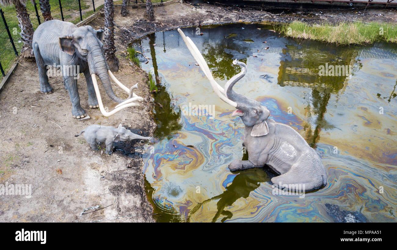 Mamoths trapped in tar display, La Brea tar pits, Los Angeles, California - Stock Image