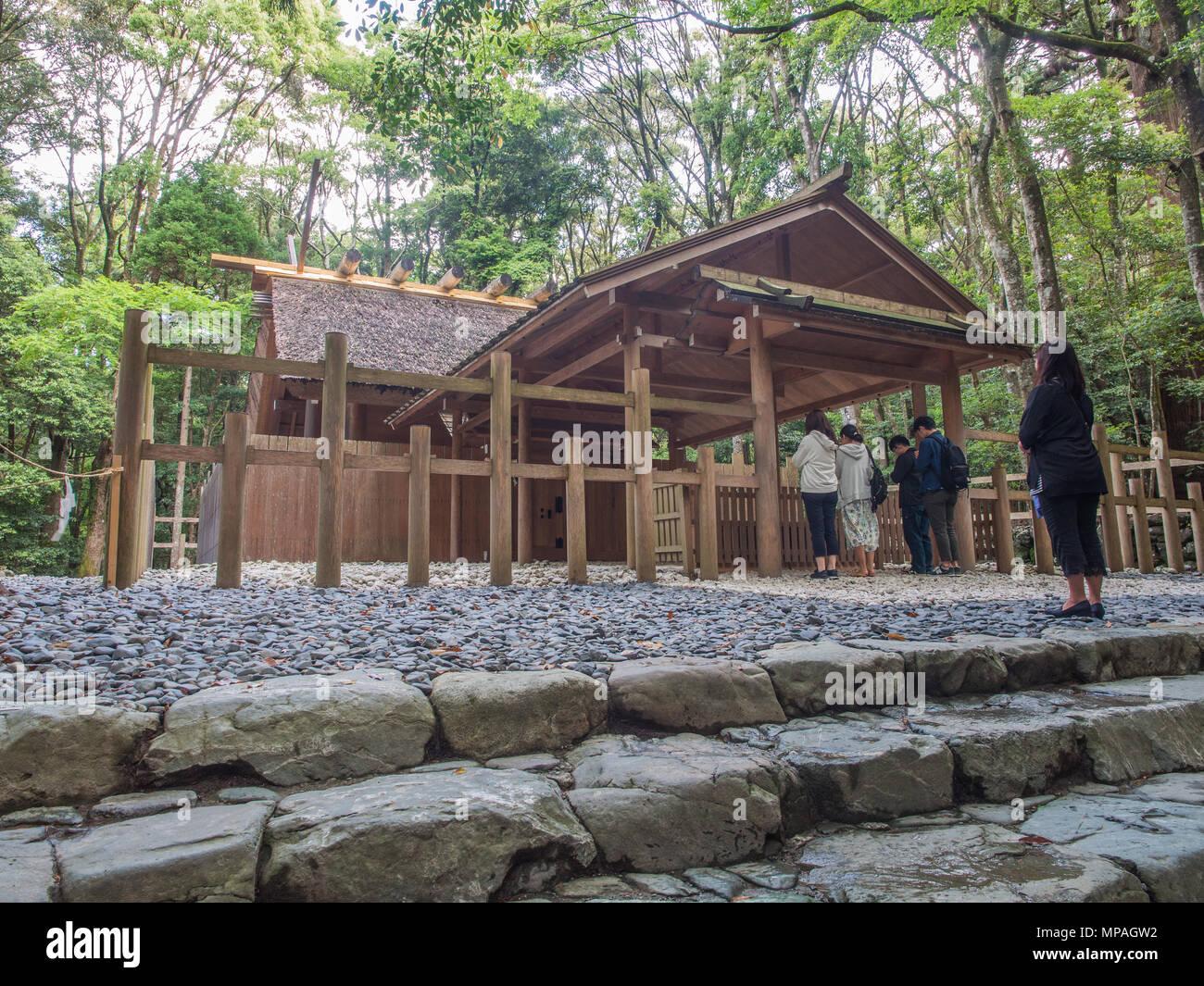People praying at Aramatsuri-no-miya subordinate shrine, Naiku, Ise Jingu, Mie, Japan - Stock Image