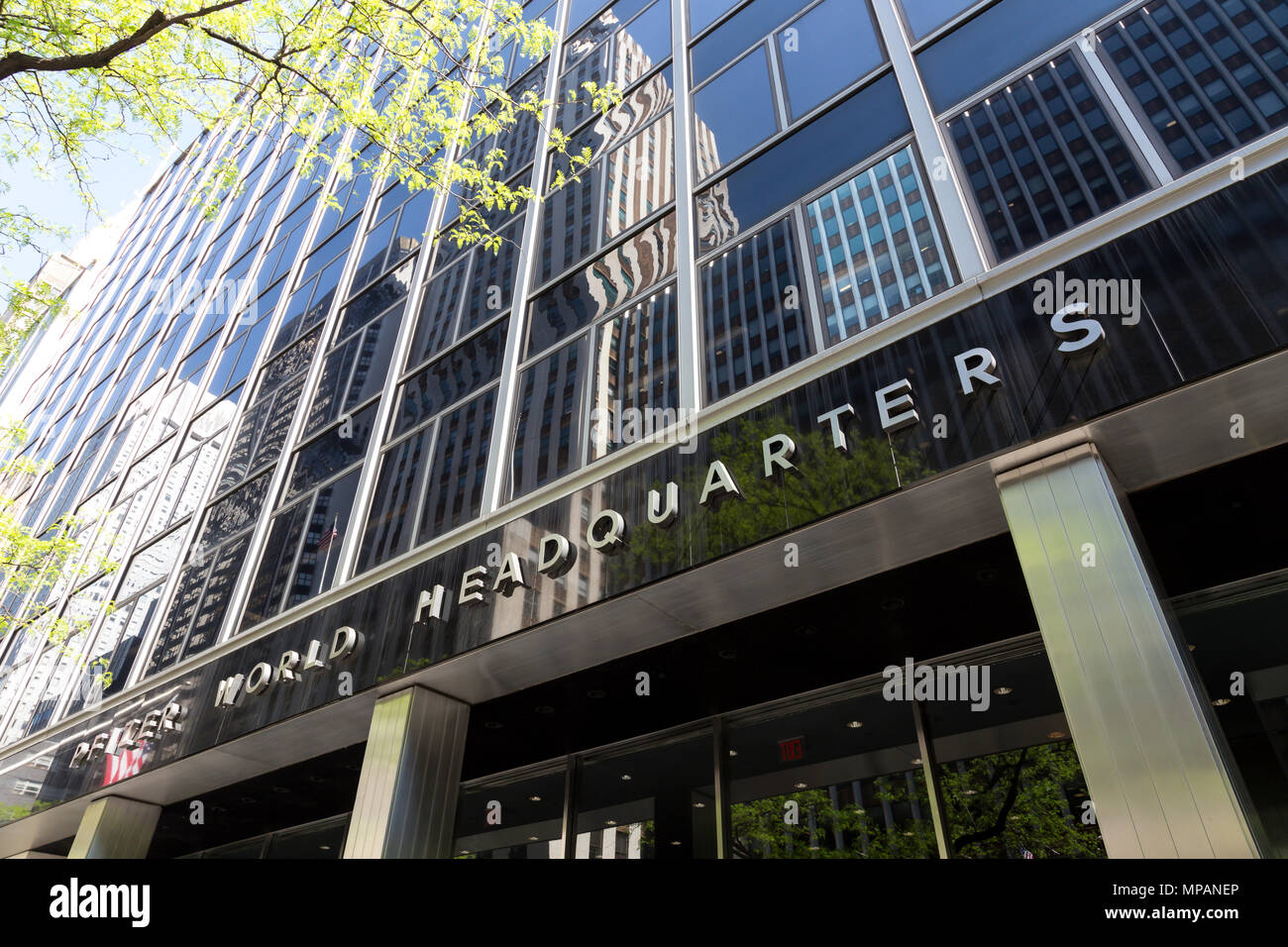 Pfizer World Headquarters Building Front Nyc Stock Photo Alamy