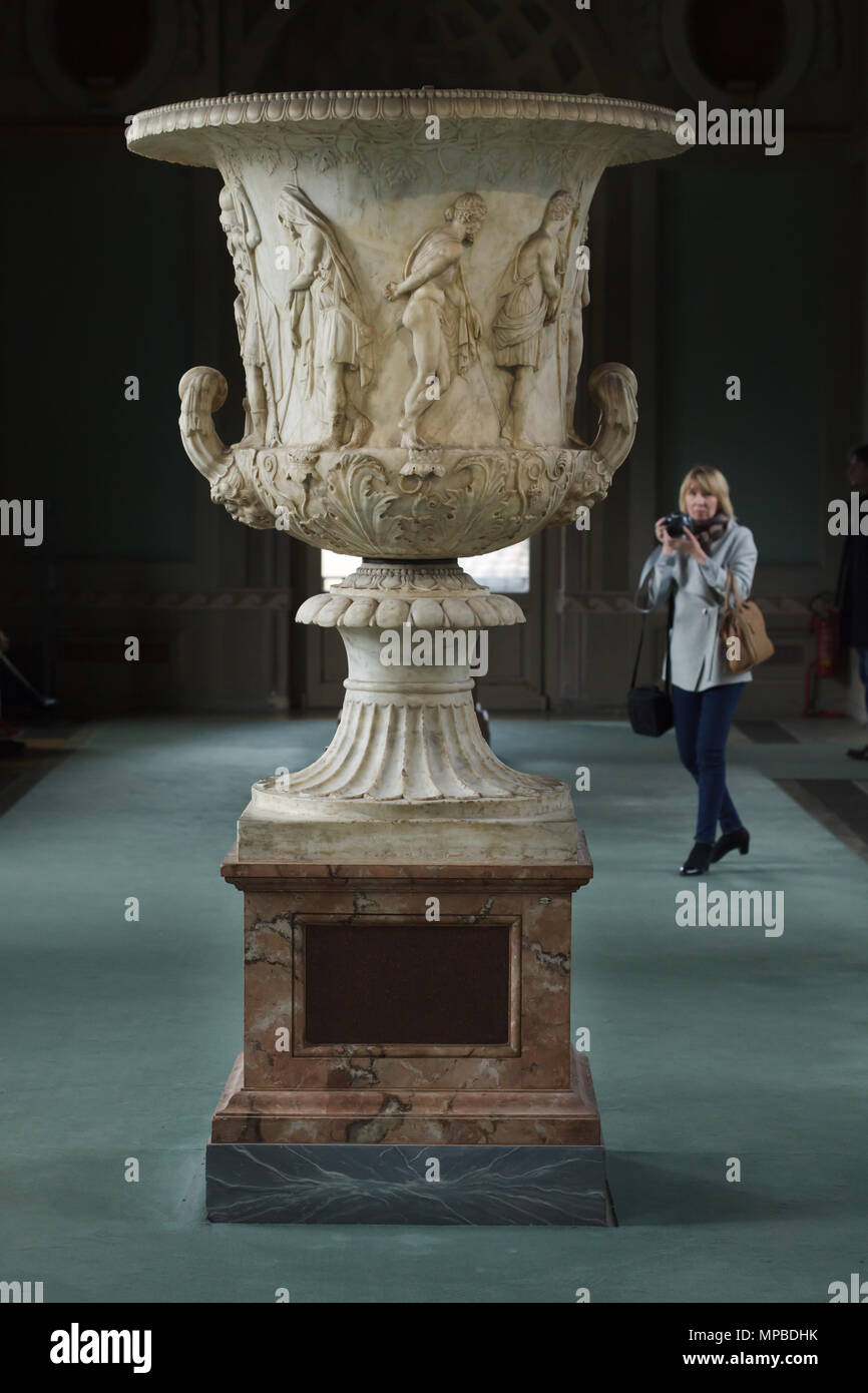Visitor in front of the Medici Vase (Medico Vessel) from the second half of the 1st century BC displayed in the Uffizi Gallery (Galleria degli Uffizi) in Florence, Tuscany, Italy. Greek heroes consulting the oracle of Delphi before leaving for the Trojan War are depicted in the marble crater. - Stock Image