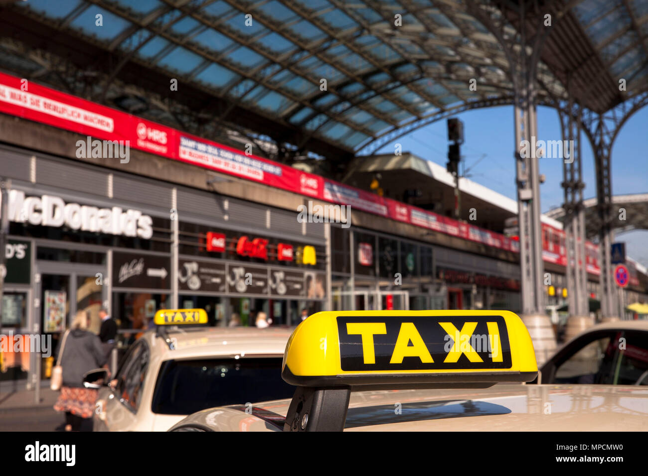 Germany, Cologne, taxis infront of the entrance of the main station at the Breslauer square.  Deutschland, Koeln, Taxis vor dem Eingang zum Hauptbahnh - Stock Image