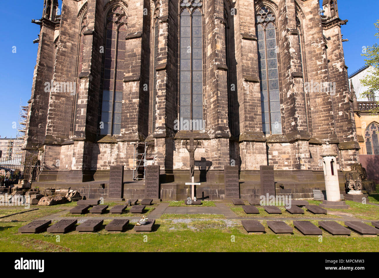 Germany Cologne Capitular Cemetery In Front Of The Eastside Of The Cathedral Deutschland Koeln Der Dom Der Domherrenfriedhof An Der Ostseite B Stock Photo Alamy
