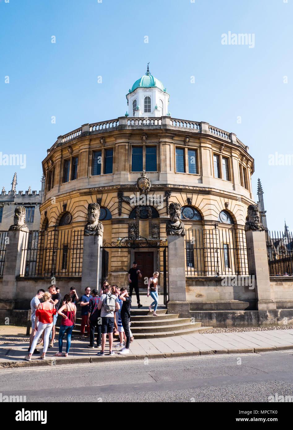 Tourists outside,The Sheldonian Theatre, University of Oxford, Oxfordshire, UK, England, UK, GB. - Stock Image