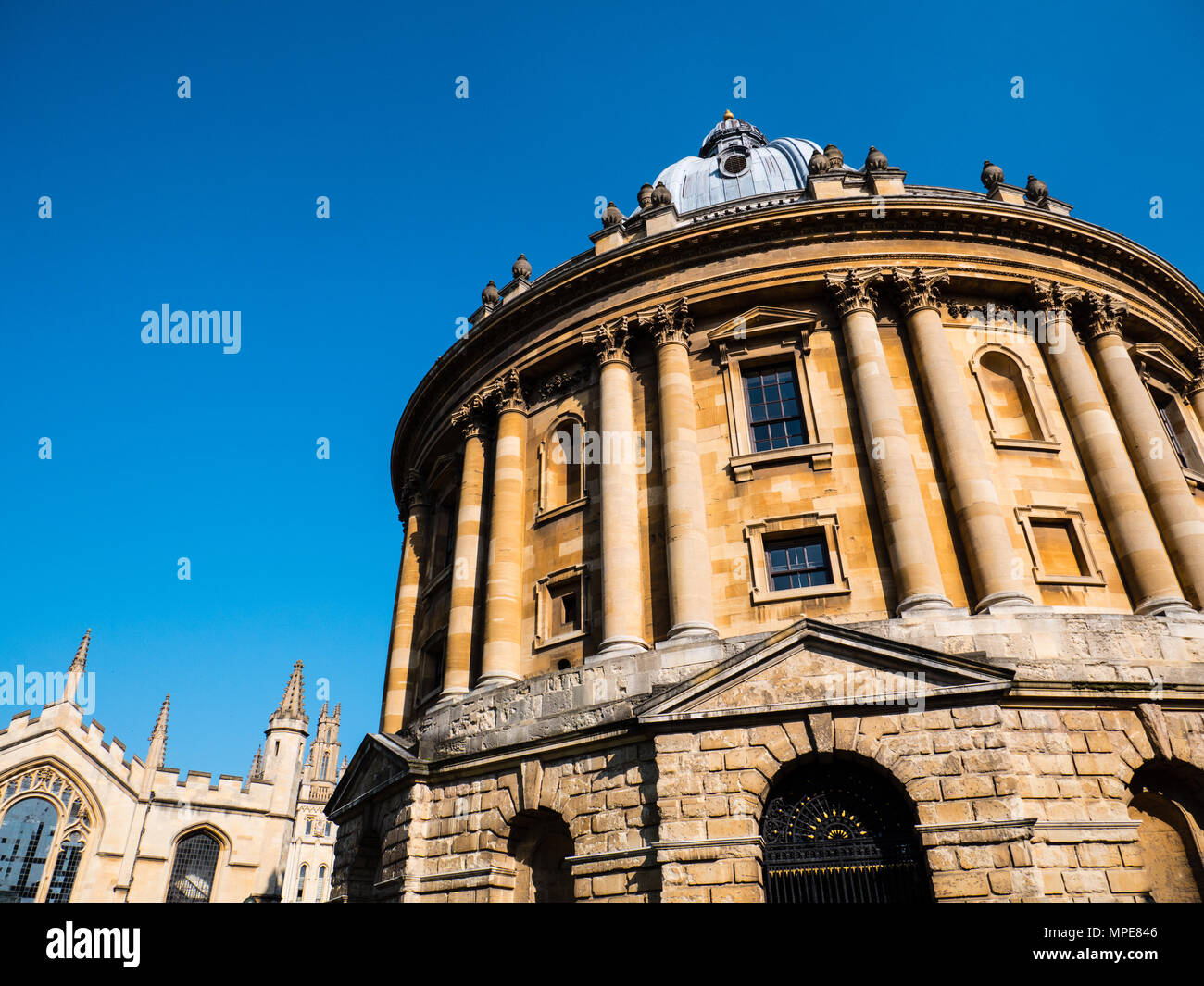 Radcliffe Camera Reference Library, with All Souls College in the Background, University of Oxford, Radcliffe Square, Oxford, Oxfordshire, England. - Stock Image
