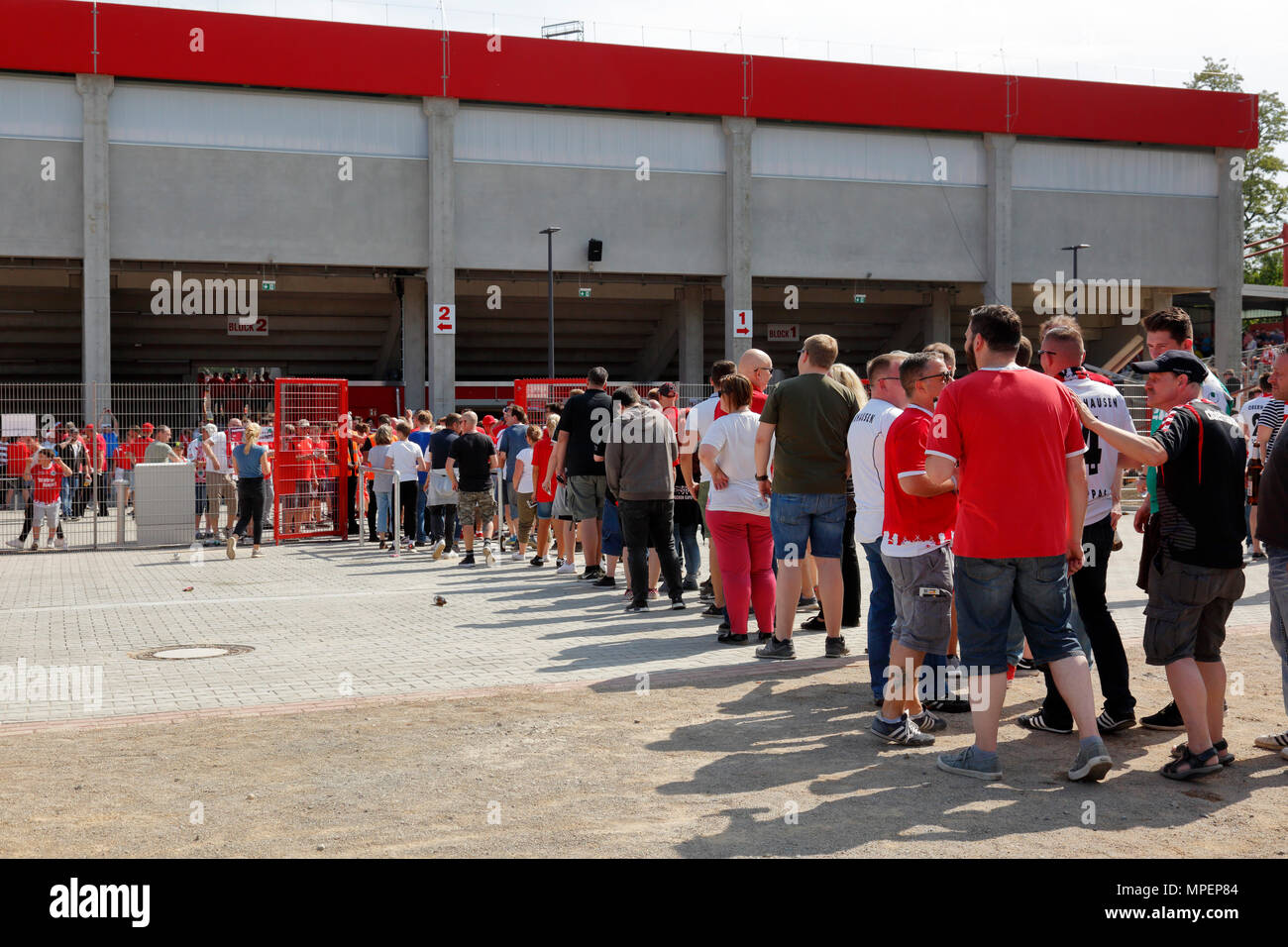 sports, football, Lower Rhine Cup, 2017/2018, final, Rot-Weiss Oberhausen vs Rot Weiss Essen 2:1, Stadium Niederrhein Oberhausen, RWO football fans in a queue at the entrance to the Revierkraft stand - Stock Image