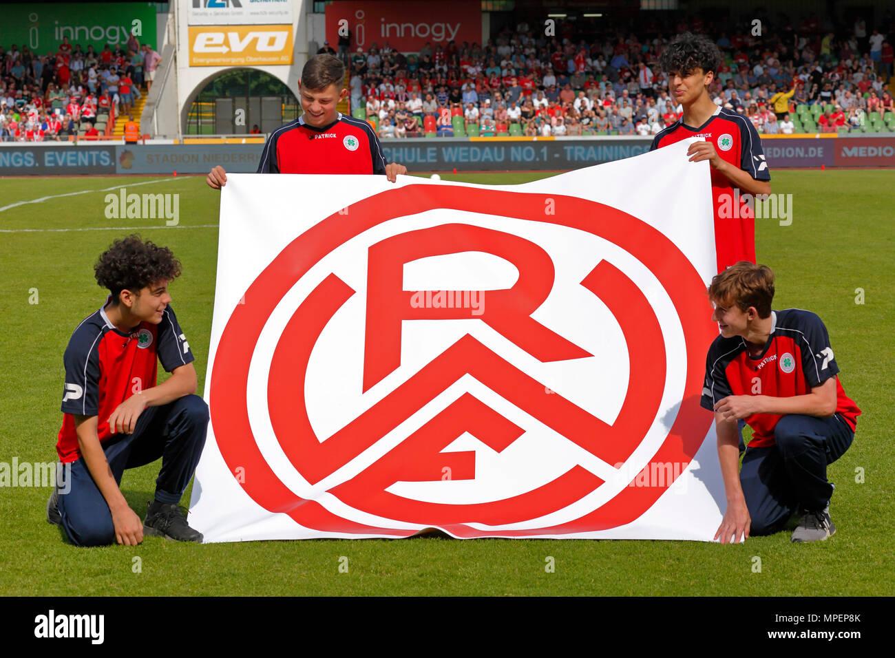 sports, football, Lower Rhine Cup, 2017/2018, final, Rot-Weiss Oberhausen vs Rot Weiss Essen 2:1, Stadium Niederrhein Oberhausen, four boys present a banner showing the club logo of Rot-Weiss Essen - Stock Image