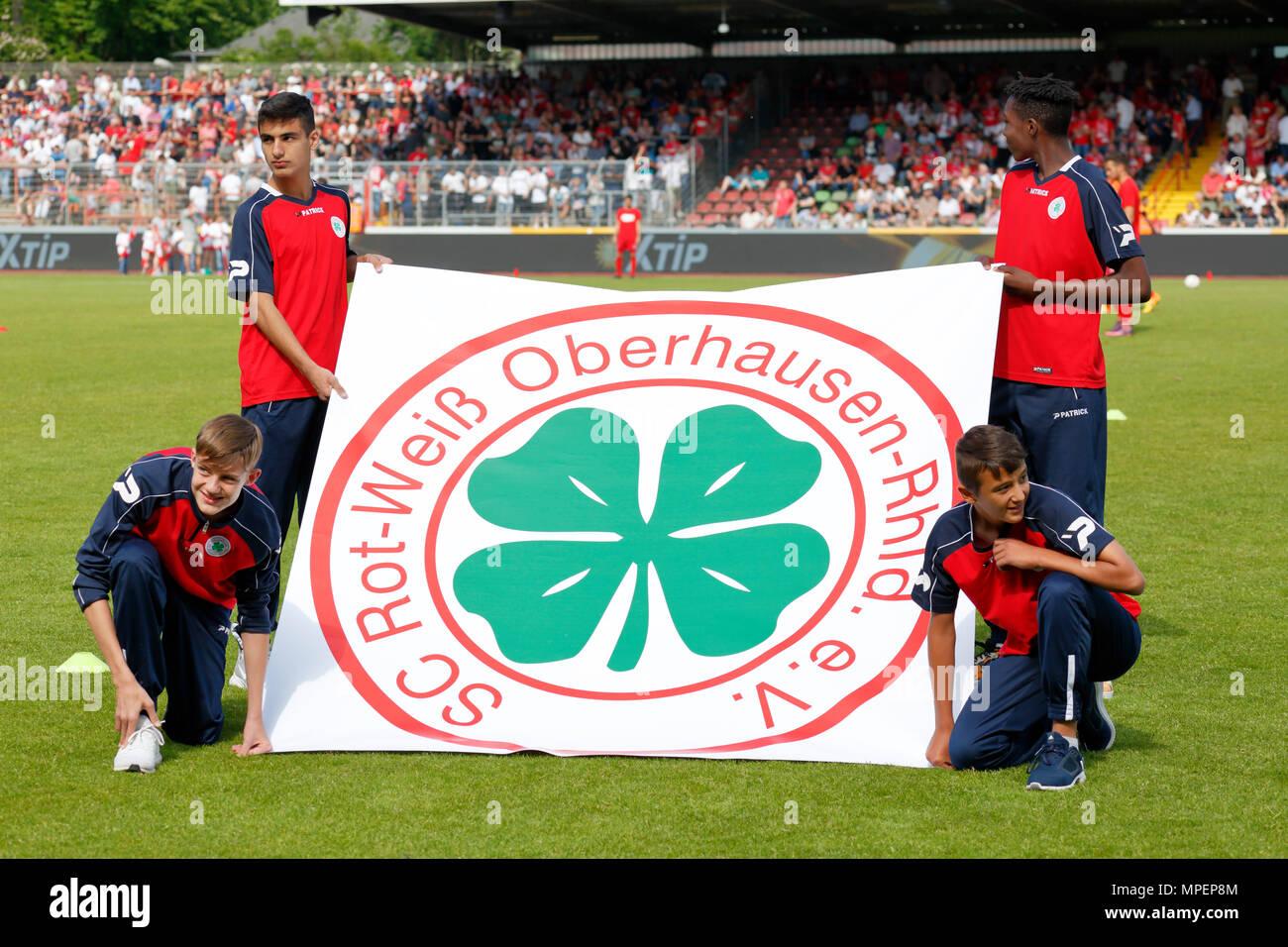 sports, football, Lower Rhine Cup, 2017/2018, final, Rot-Weiss Oberhausen vs Rot Weiss Essen 2:1, Stadium Niederrhein Oberhausen, four boys present a banner showing the club logo of Rot-Weiss Oberhausen - Stock Image