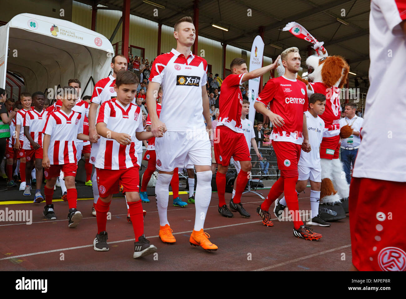 sports, football, Lower Rhine Cup, 2017/2018, final, Rot-Weiss Oberhausen vs Rot Weiss Essen 2:1, Stadium Niederrhein Oberhausen, teams and running-in kids come in, left ahead Robin Urban (RWE), right ahead Kai Nakowitsch (RWO) - Stock Image