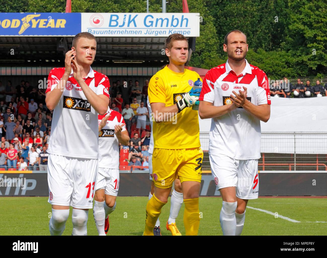 sports, football, Lower Rhine Cup, 2017/2018, final, Rot-Weiss Oberhausen vs Rot Weiss Essen 2:1, Stadium Niederrhein Oberhausen, Nico Lucas (RWE), keeper Robin Heller (RWE) and Robin Urban (RWE) f.l.t.r. welcome their fans - Stock Image