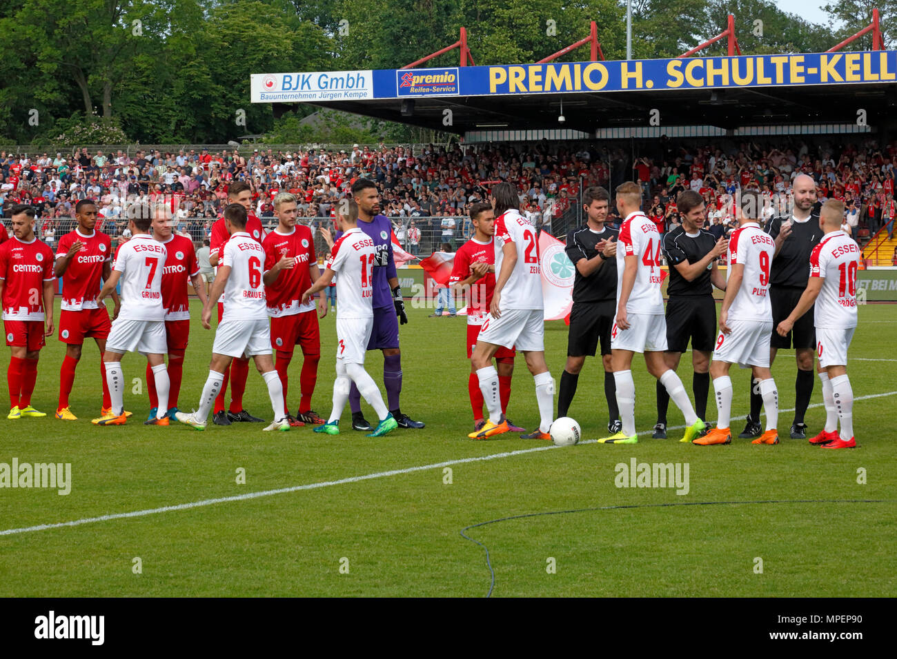 sports, football, Lower Rhine Cup, 2017/2018, final, Rot-Weiss Oberhausen vs Rot Weiss Essen 2:1, Stadium Niederrhein Oberhausen, welcome to the teams - Stock Image