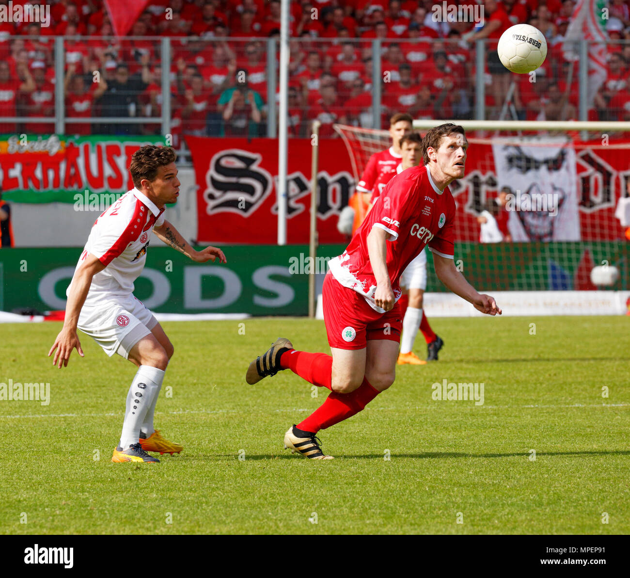 sports, football, Lower Rhine Cup, 2017/2018, final, Rot-Weiss Oberhausen vs Rot Weiss Essen 2:1, Stadium Niederrhein Oberhausen, scene of the match, Robert Flessers (RWO) right and Kevin Grund (RWE) - Stock Image