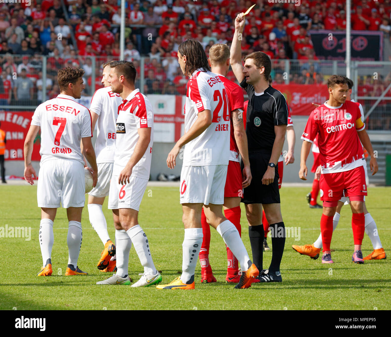 sports, football, Lower Rhine Cup, 2017/2018, final, Rot-Weiss Oberhausen vs Rot Weiss Essen 2:1, Stadium Niederrhein Oberhausen, yellow card to Philipp Goedde (RWO) 3.f.r. by referee Markus Wollenweber, left Kevin Grund (RWE), Kamil Bednarski (RWE) and Timo Brauer (RWE), right team captain Patrick Bauder (RWO) - Stock Image