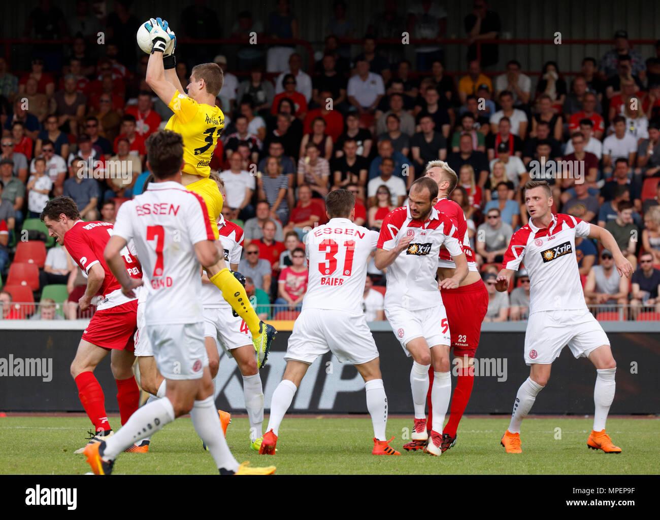 sports, football, Lower Rhine Cup, 2017/2018, final, Rot-Weiss Oberhausen vs Rot Weiss Essen 2:1, Stadium Niederrhein Oberhausen, scene of the match, f.l.t.r. Robert Flessers (RWO), Kevin Grund (RWE), keeper Robin Heller (RWE), Benjamin Baier (RWE), Robin Urban (RWE), Kai Nakowitsch (RWO), Kamil Bednarski (RWE) - Stock Image