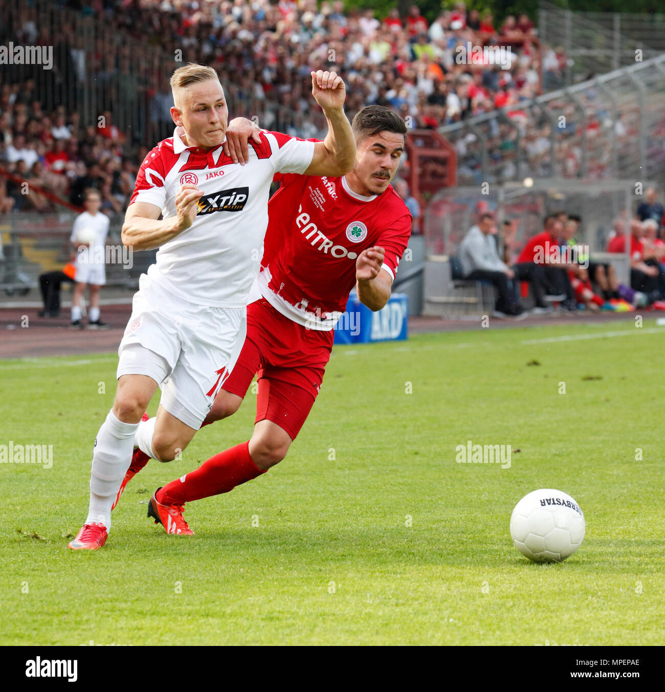 sports, football, Lower Rhine Cup, 2017/2018, final, Rot-Weiss Oberhausen vs Rot Weiss Essen 2:1, Stadium Niederrhein Oberhausen, scene of the match, Kai Proeger (RWE) left and Marvin Lorch (RWO) - Stock Image