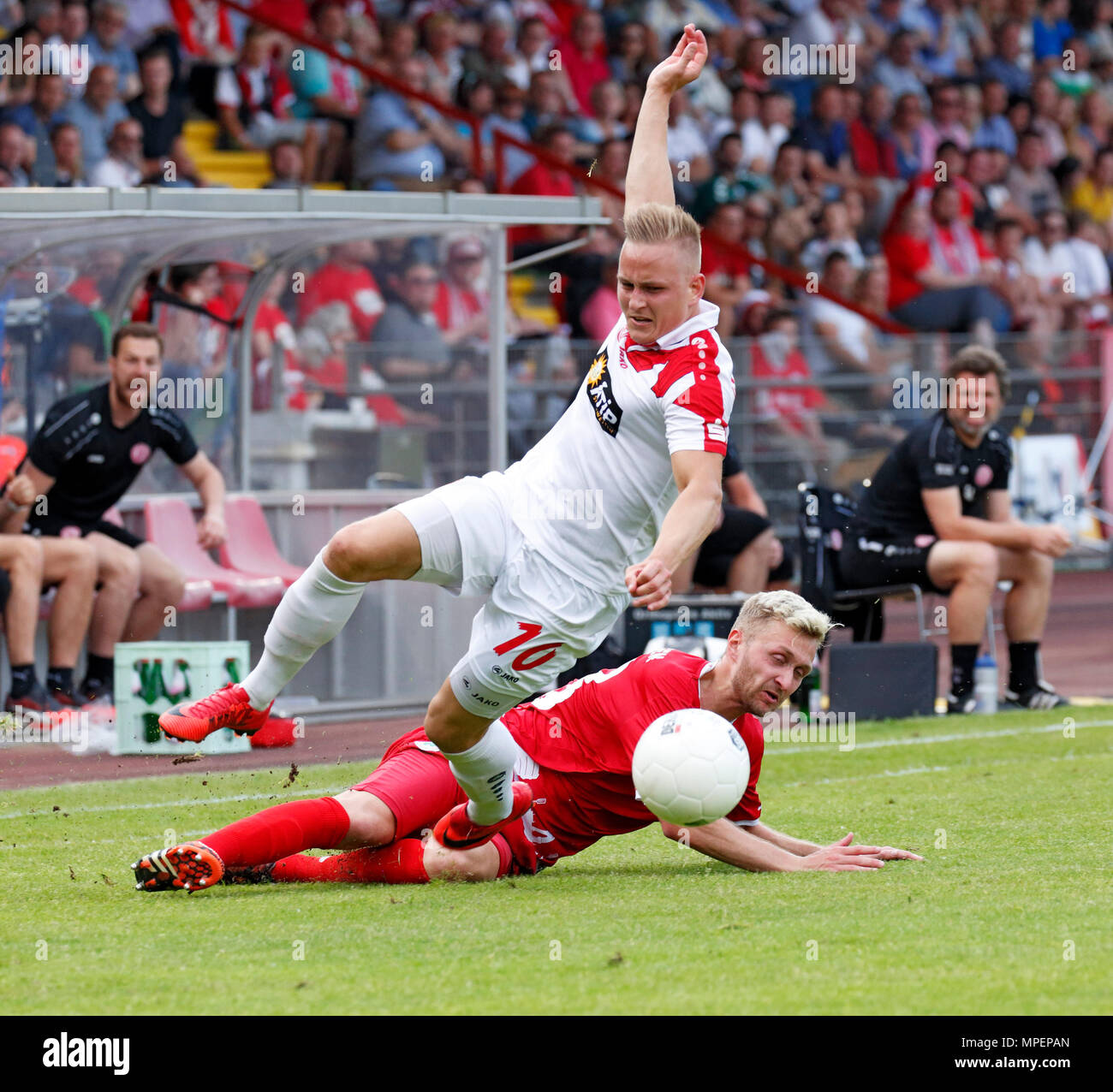 sports, football, Lower Rhine Cup, 2017/2018, final, Rot-Weiss Oberhausen vs Rot Weiss Essen 2:1, Stadium Niederrhein Oberhausen, scene of the match, Kai Proeger (RWE) left and Kai Nakowitsch (RWO) - Stock Image