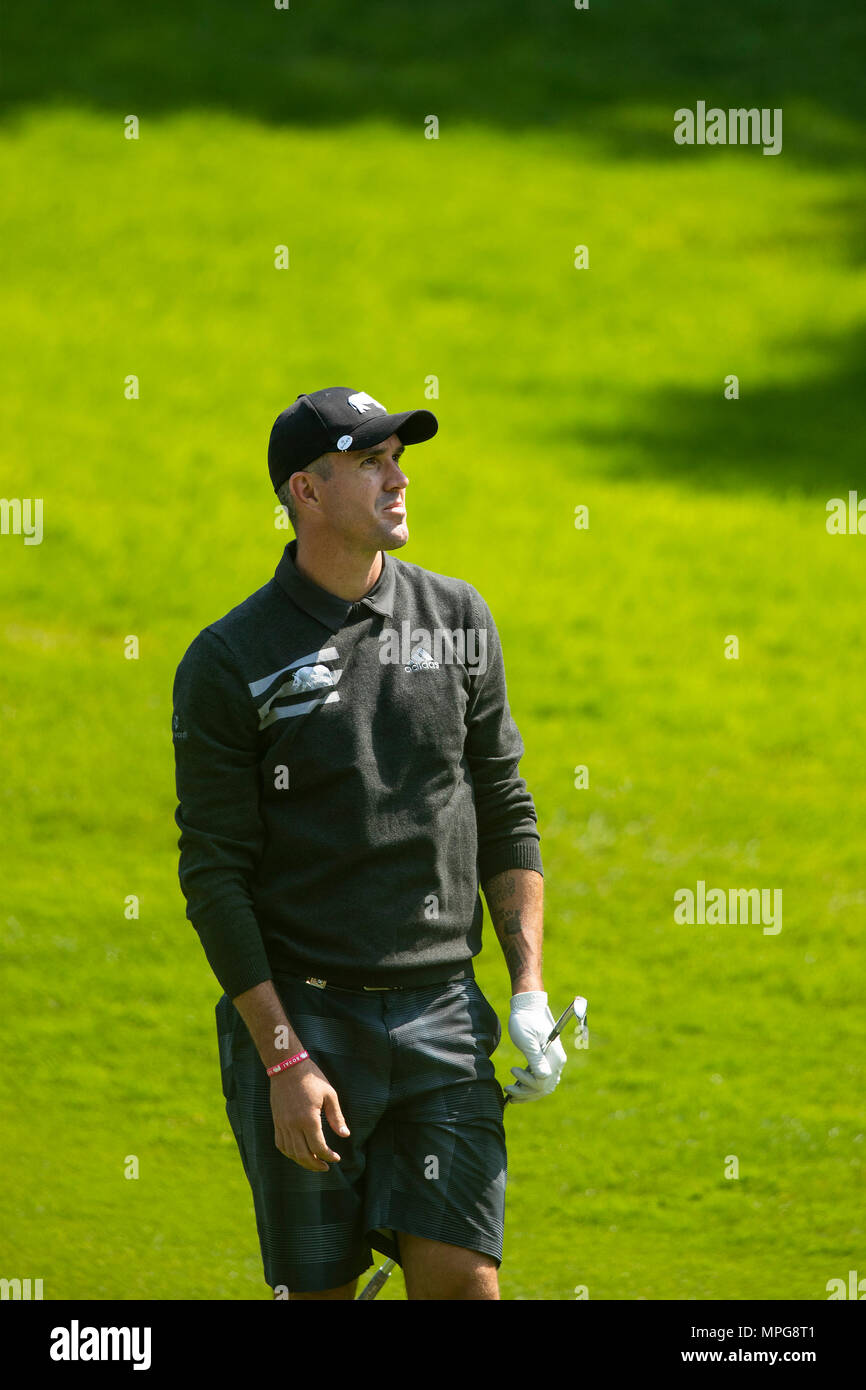 Wentworth Club, Virginia Water, UK. 23rd May, 2018. BMW PGA Championship at Wentworth, Pro AM day; Kevin Pietersen watches his ball onto the 1st green Credit: Action Plus Sports/Alamy Live News - Stock Image