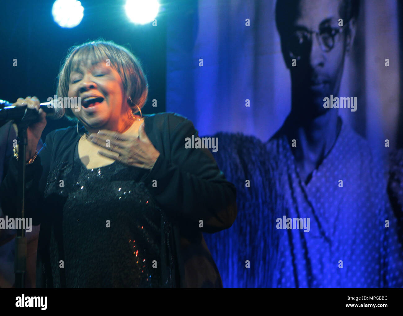 New York, NY, USA. 22nd May, 2018. Recording Artist Mavis Staples performs during the Gordon Parks Foundation Awards Dinner & Auctionn: Celebrating the Arts & Humanitarianism held at Cipriani 42nd Street on May 22, 2018 in New York City. Credit: Mpi43/Media Punch/Alamy Live News - Stock Image