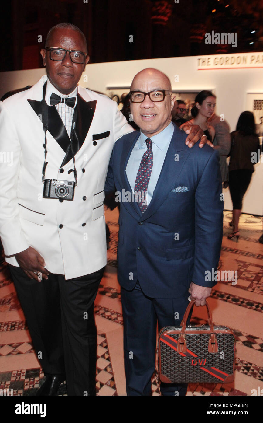 New York, NY, USA. 22nd May, 2018. (L-R) Documentary Photographer Jamel Shabazz (Honoree) and Darren Walker, President, The Ford Foundation attend the Gordon Parks Foundation Awards Dinner & Auctionn: Celebrating the Arts & Humanitarianism held at Cipriani 42nd Street on May 22, 2018 in New York City. Credit: Mpi43/Media Punch/Alamy Live News - Stock Image