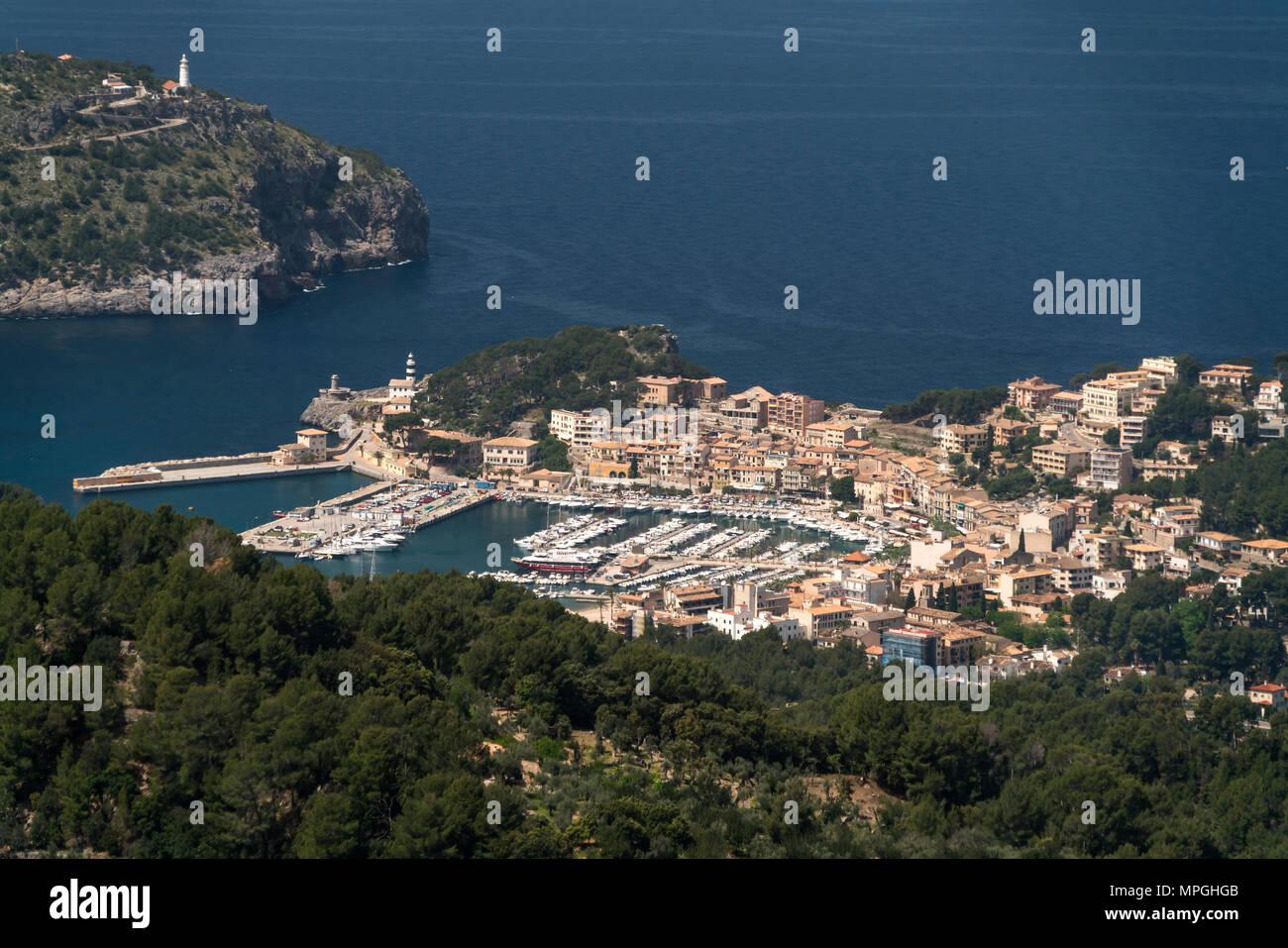 Blick vom Mirador de Ses Barques auf Port de Soller und die Küste, Mallorca, Balearen, Spanien  | View from Mirador de Ses Barques to Port de Soller,  - Stock Image
