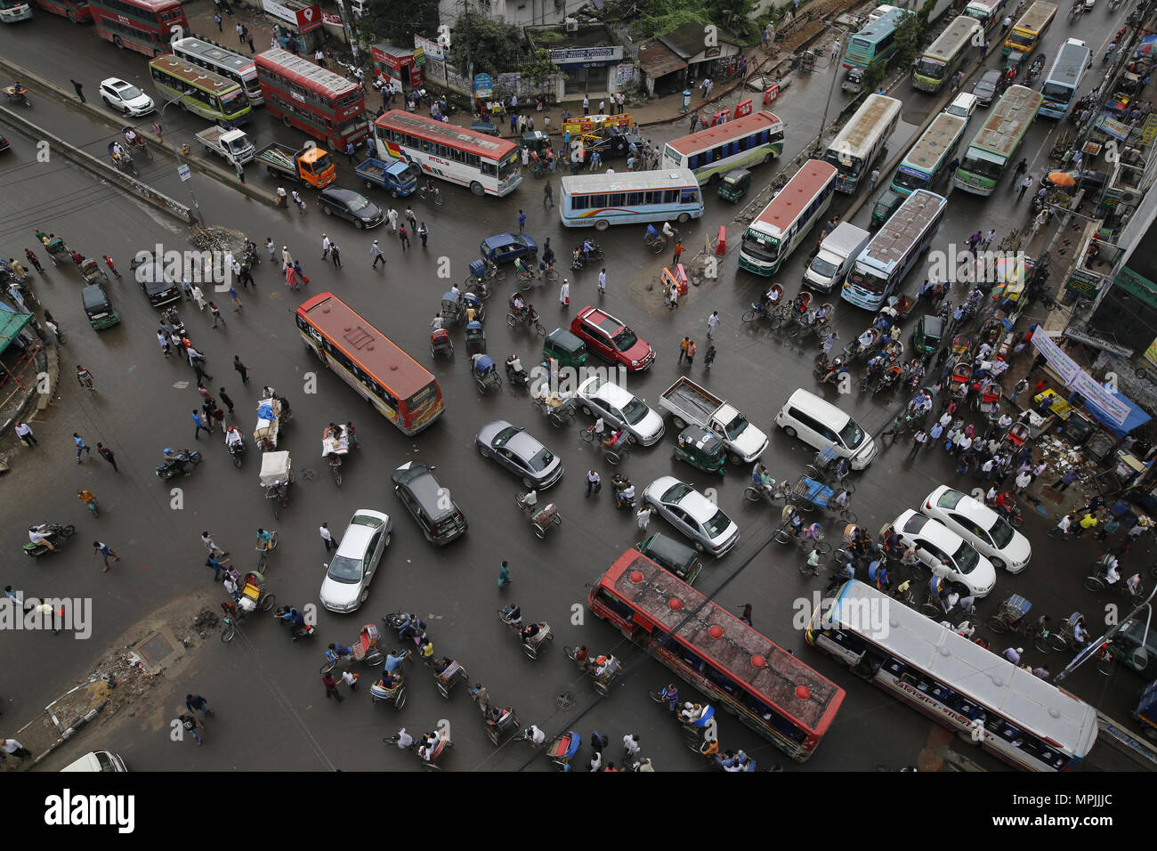 Dhaka, Bangladesh. Traffic jam seen at an intersection during the Ramadan in Dhaka, Bangladesh on May 23, 2018.  Last 10 years in Dhaka, average traffic speed has dropped from 21 km/hour to 7 km/hour, only slightly above the average walking speed. Congestion in Dhaka eats up 3.2 million working hours per day according to static reports. © Rehman Asad/Alamy Stock Photo - Stock Image