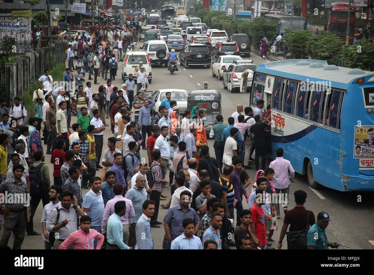 Dhaka, Bangladesh. Residents wait for public transports to go home during the Ramadan in Dhaka, Bangladesh on May 23, 2018.  Last 10 years in Dhaka, average traffic speed has dropped from 21 km/hour to 7 km/hour, only slightly above the average walking speed. Congestion in Dhaka eats up 3.2 million working hours per day according to static reports.  © Rehman Asad/Alamy Stock Photo Stock Photo