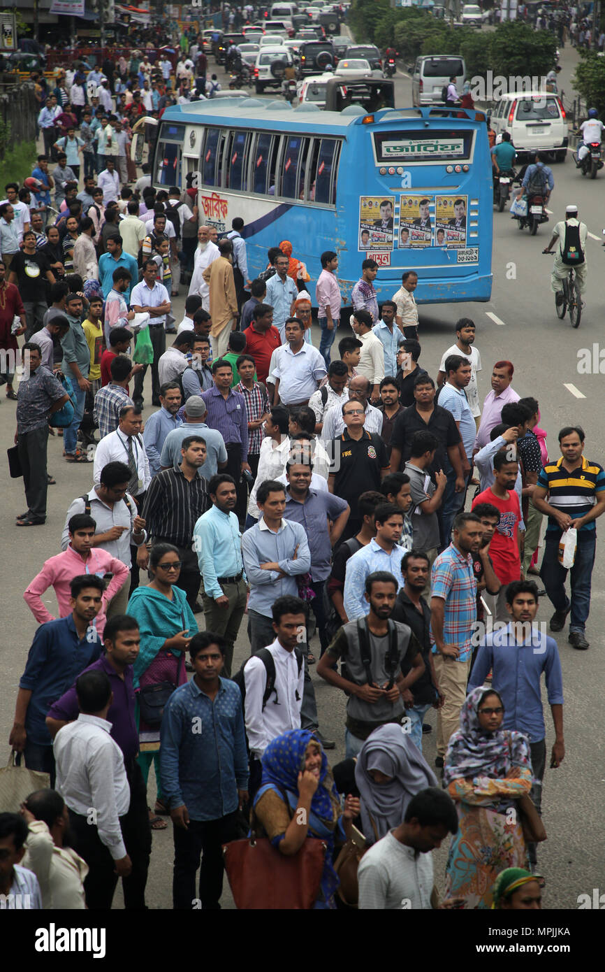 Dhaka, Bangladesh. Residents wait for public transports to go home during the Ramadan in Dhaka, Bangladesh on May 23, 2018.  Last 10 years in Dhaka, average traffic speed has dropped from 21 km/hour to 7 km/hour, only slightly above the average walking speed. Congestion in Dhaka eats up 3.2 million working hours per day according to static reports.  © Rehman Asad/Alamy Stock Photo - Stock Image
