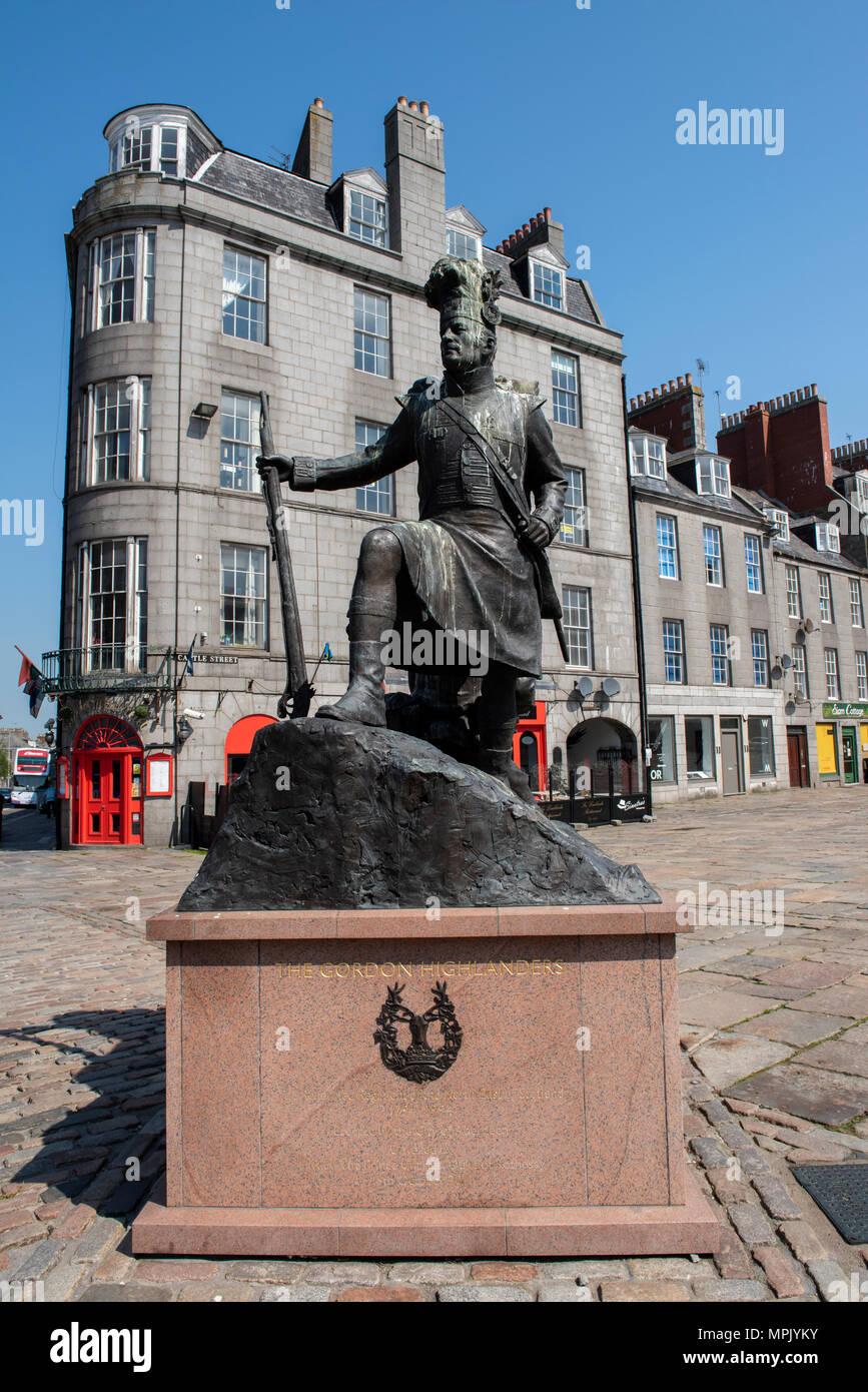 United Kingdom, Scotland, Aberdeen, historic Old Aberdeen, mercat cross aka market cross. Monument to The Gordon Highlanders statue. Stock Photo