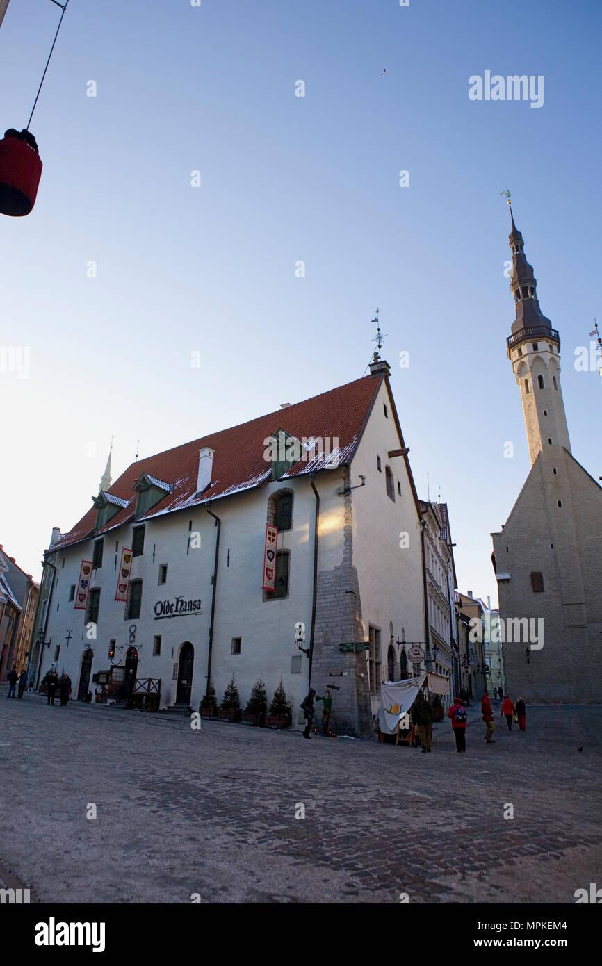 Vana Turg, or Old Market, Tallinn, Estonia, with the Olde Hansa restaurant, Vanaturu Kael, and the Town Hall (Raekoda) - Stock Image