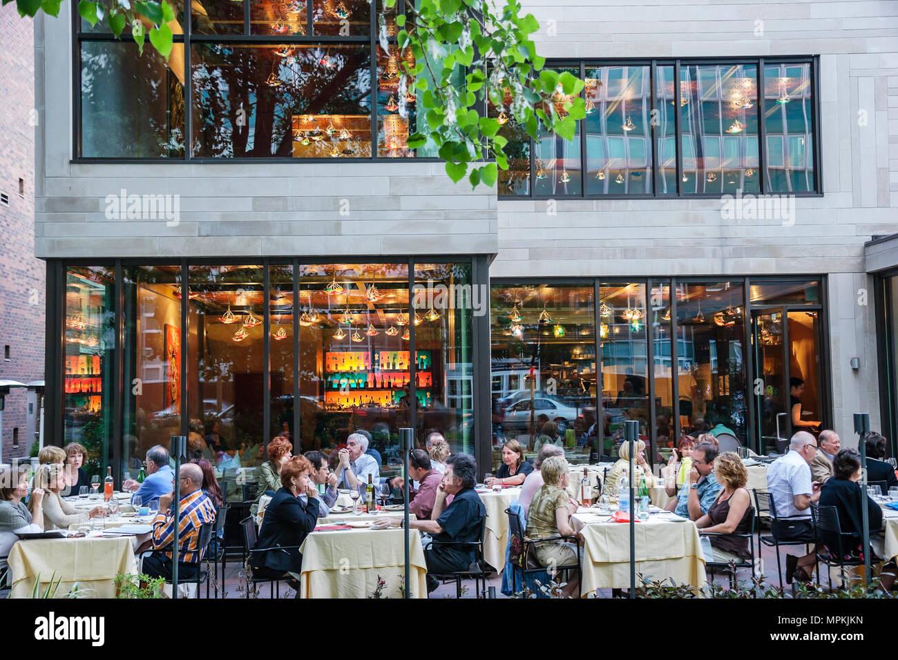 Montreal Canada Rue Jeanne Mance Da Pizza a Nizza restaurant alfresco dining nightlife - Stock Image