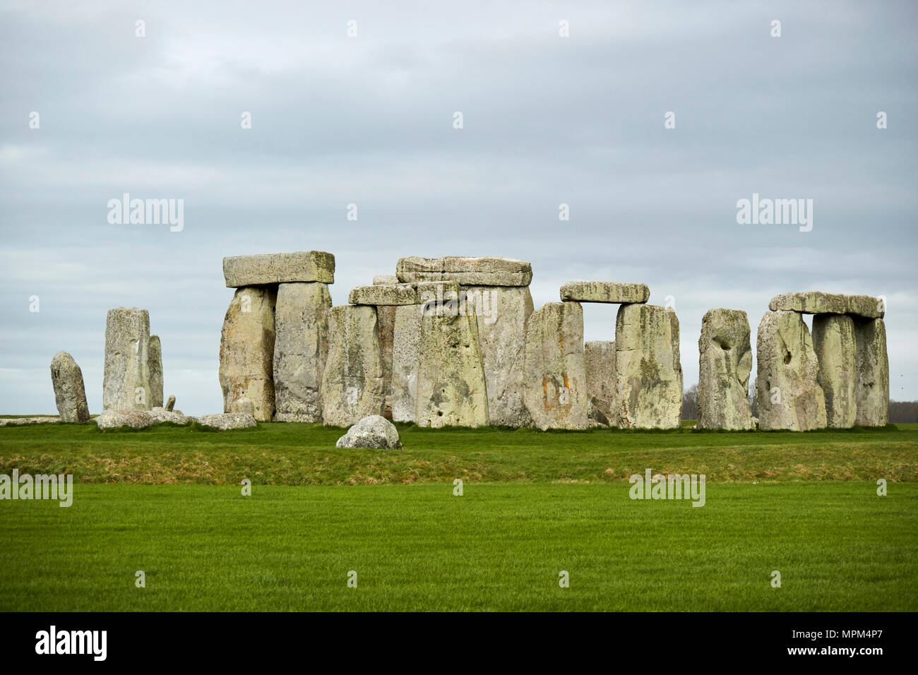 view of circle of sarsen stones with lintel stones stonehenge wiltshire england uk - Stock Image