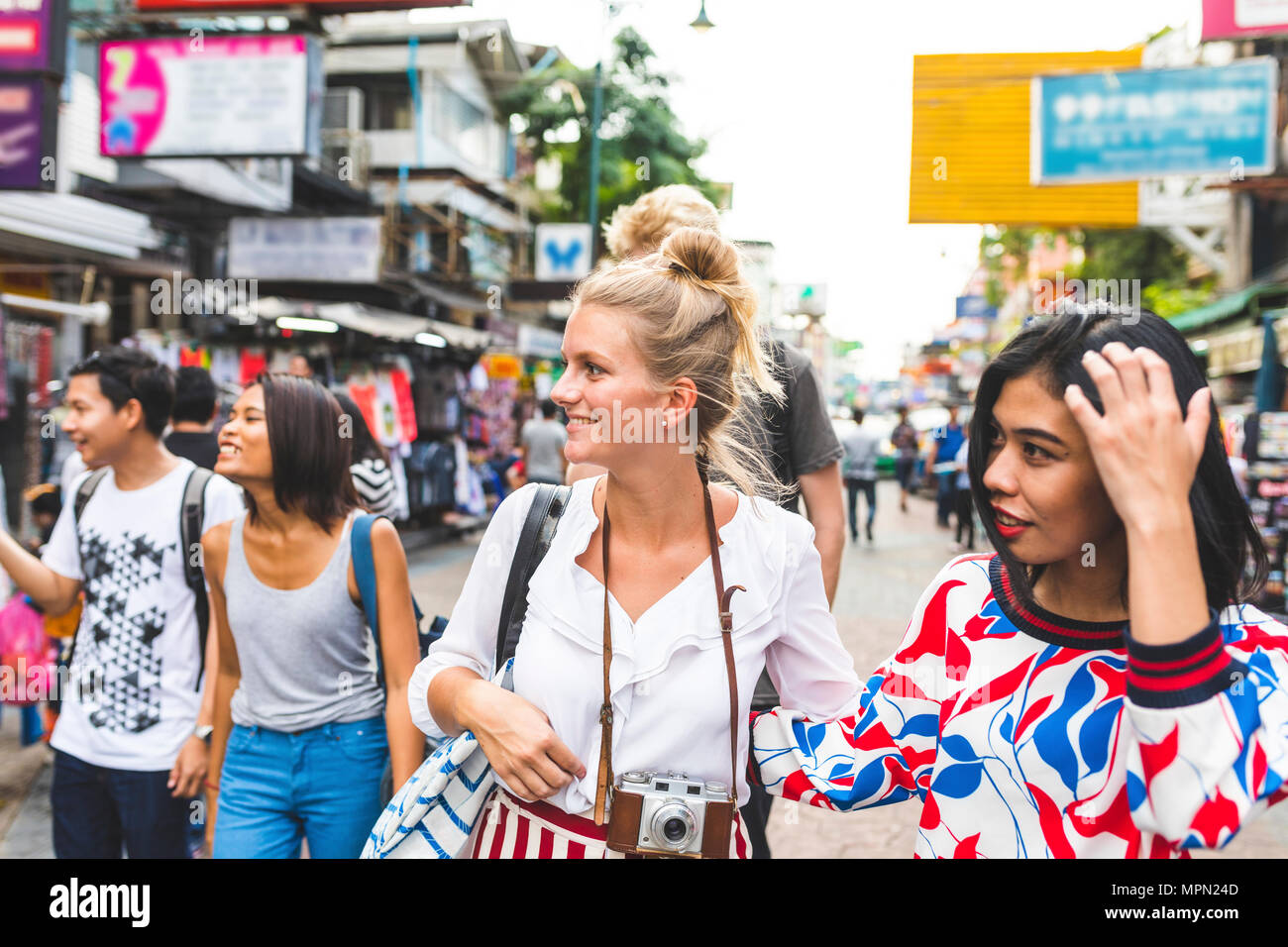 Thailand, Bangkok, Khao San Road, group of friends exploring the city - Stock Image