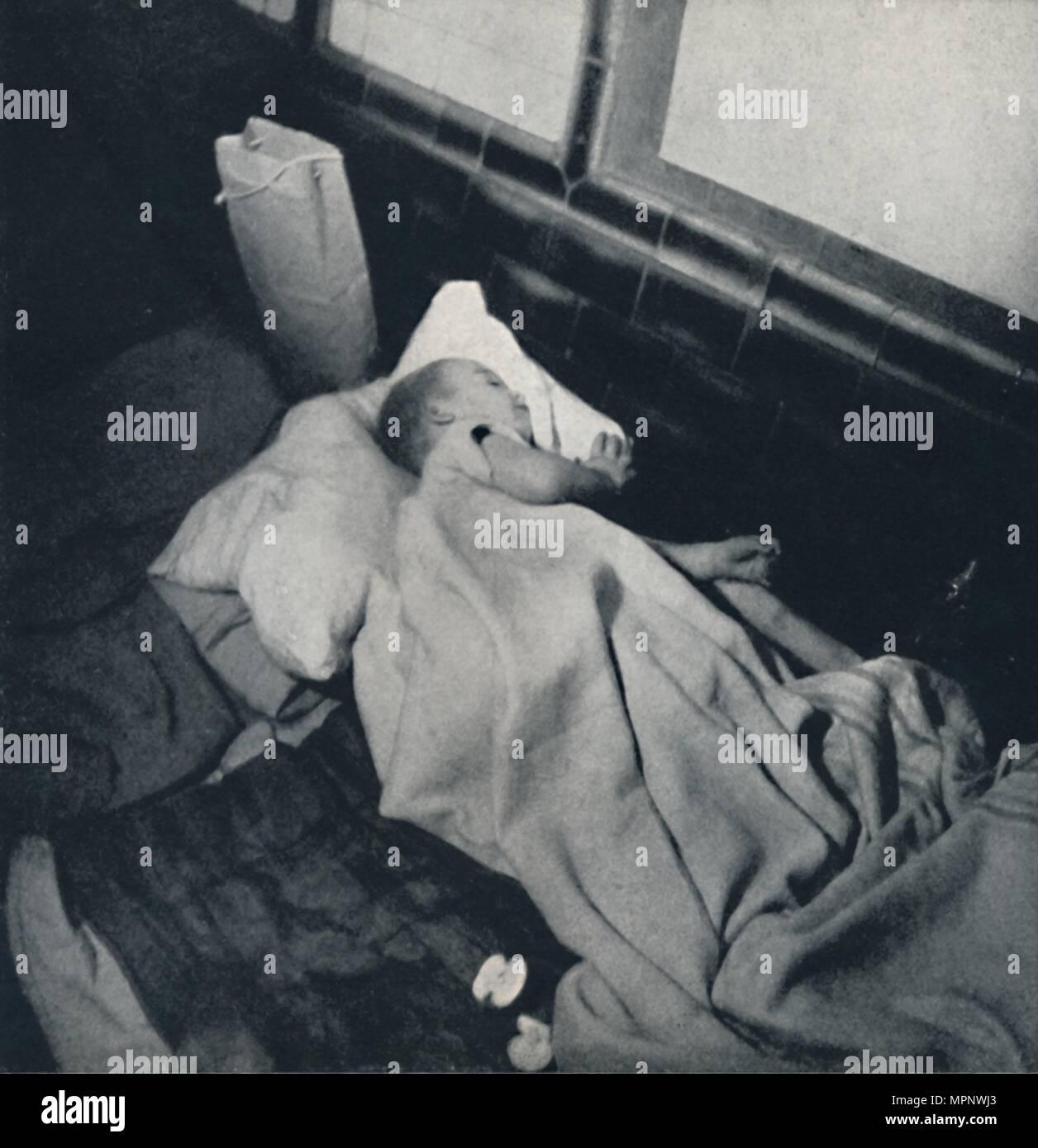 'Sleeping baby', 1941. Artist: Cecil Beaton. - Stock Image