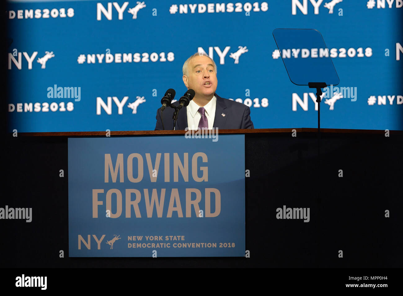 Long Island, USA. 23rd May, 2018. New York State Comptroller THOMAS P. DiNAPOLI gives speech, accepting party nomination, during Day 1 of New York State Democratic Convention, held at Hofstra University on Long Island. MOVING FORWARD slogan is on poster. Credit: Ann E Parry/Alamy Live News Stock Photo
