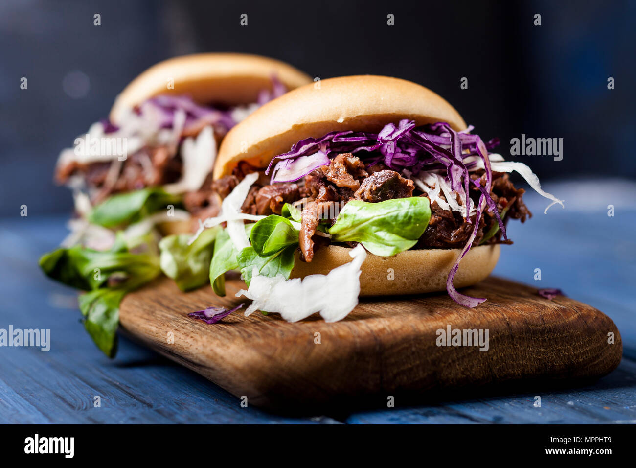 Vegan jackfruit jurger with red cabbage, white cabbage, lamb's lettuce - Stock Image