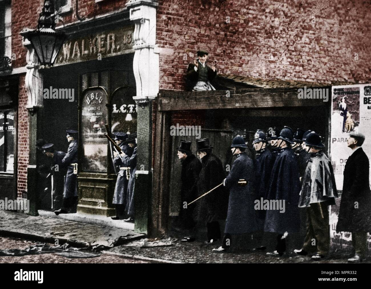 The Sidney Street siege, Whitechapel, London, 1911, (1935).  Artist: Unknown. - Stock Image