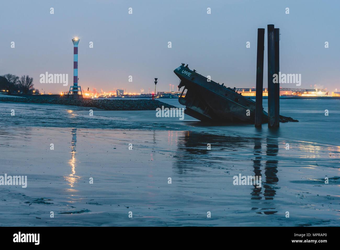Germany, Hamburg, Blankenese, Light house and wreck Uwe in the evening - Stock Image