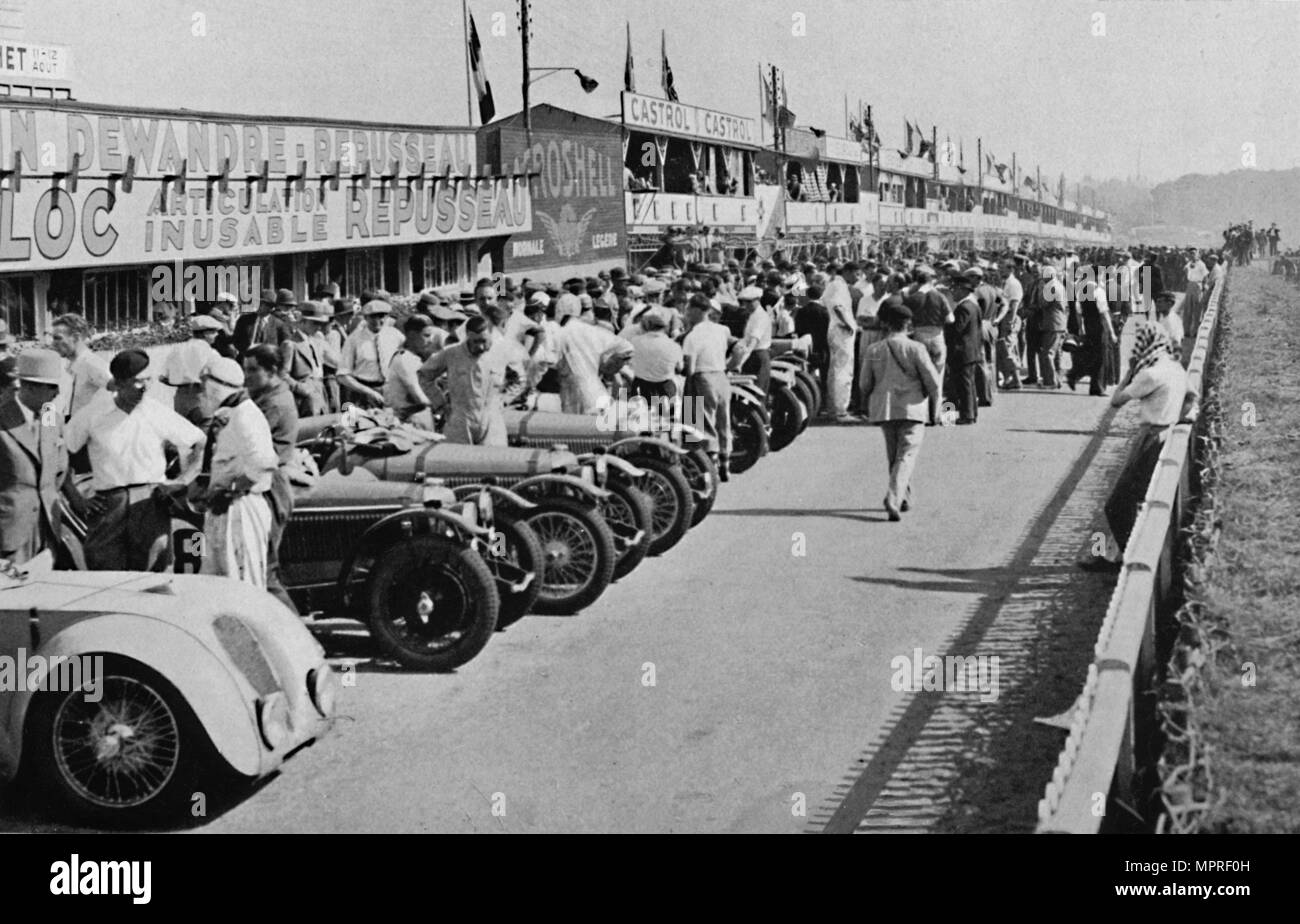 'The busy pits: before the start of Le Mans 24-hour Race', 1937. Artist: Unknown. - Stock Image