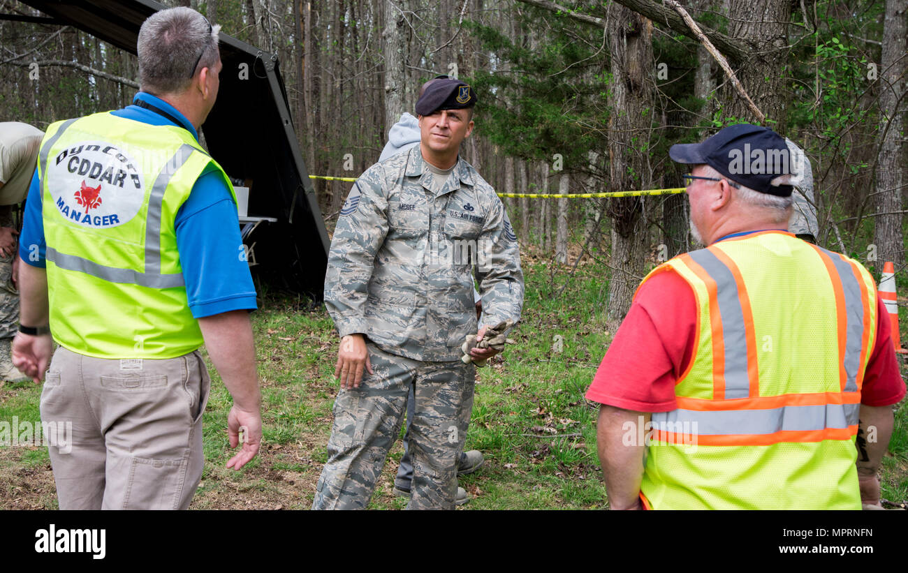 Joint Base Andrews members discuss recovery operations in Clinton, Md., April 13, 2017.  Many JBA members and Prince George's County personnel provided support in response to the 113th Wing, D.C. Air National Guard, F-16C Fighting Falcon incident that occurred approximately six miles southwest from JBA, April 5, 2017. (U.S. Air Force photo by Airman 1st Class Valentina Lopez) - Stock Image